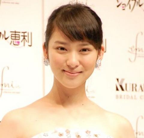 華やかなアップスタイルの武井咲さん