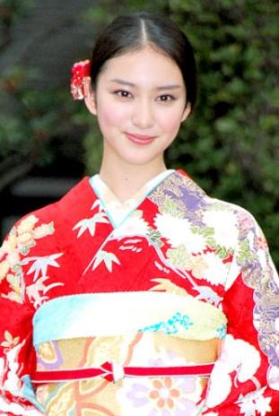 着物姿でアップにした武井咲さん